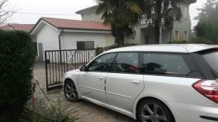 DAVIDE RAGAZZONI è arrivato con la propria auto davanti allo studio di registrazione BLUE TRAIN di Mira (VE)