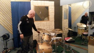 DAVIDE RAGAZZONI sta preparando la batteria prima della registrazione di IL SANTO CHE VOLA