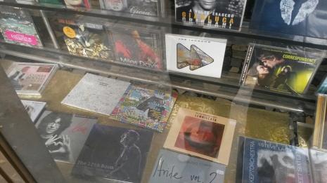 foto cd IL SANTO CHE VOLA in vetrina negozio di dischi a MESTRE