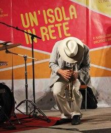 Massimo Donà, piegato su se stesso, durante un solo alla tromba - concerto del 20 settembre 2015 a CASTELSARDO