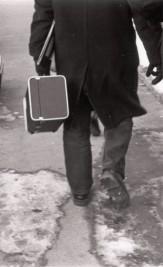 Massimo Donà cammina per le strade innevate di Klagenfurt