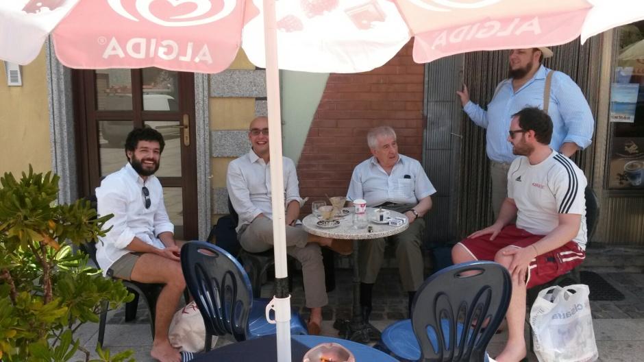 Francesco Valagussa, Alfredo Gatto, Vincenzo Vitiello, Davide Grossi e Federico Croci al bar di AGLIENTU (summer school 20015 SARDEGNA)
