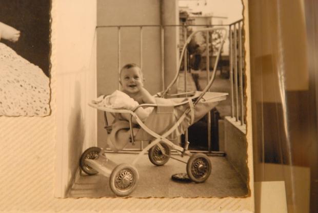 Il piccolissimo Massimo Don+á, nel terrazzo della sua casa in via Angelo Emo