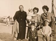 Massimo Donà in braccio alla madre con la nonna, zia Chiarina, il fratello e un cugino