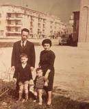 Massimo Donà e la famiglia davanti alla parrocchia dei Servi di Maria a Mestre