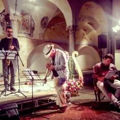 Massimo Donà, Michele Polga, Giordano Agrusta (durante la performance poetico-musicale che prevedeva anche la partecipazione di Davide Ragazzoni alla batteria e di Vincenzo Vitiello alla voce recitante). CICLOPICA, Giganti in collina - AMELIA 2015.