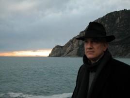 Massimo Donà e un tramonto lontano, alle sue spalle. Che si tratti di un rigurgito di STURM UND DRANG???
