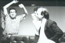 Massimo Donà osserva il giovane Davide Ragazzoni in studio di registrazione nella seconda metà degli anni 80