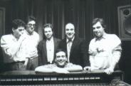 Credo fossimo nella seconda metà degli anni ottanta... in studio di registrazione con (da sinistra a desta) SBIBU, ANDREA BRAIDO, DANIELE CIMITAN, DAVIDE RAGAZZONI e ALBERTO NEGRONI (massimo donà si trova in mezzo, tra CIMITAN e NEGRONI)