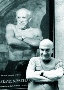 Maasimo Donà a Mougins - posa all'ingresso di una mostra fotografica dedicata a Picasso. (Sud della Francia).