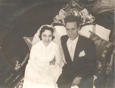 I miei genitori: ROBERTO DONA' e MARIA MANZI sposi... a VENEZIA in gondola. Siamo nel 1953.