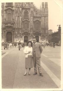 Maria Manzi e Roberto Donà in viaggio di nozze a MILANO nel 1953.