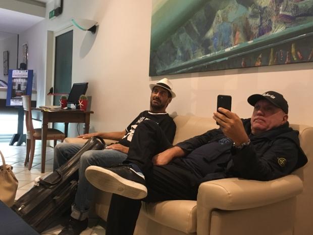 Francesco Bearzatti e Davide Ragaazzoni nella hall dell'albergo prima di tornare a casa (23 agosto 2017) - ROCCELLA JAZZ FESTIVAL (dove hanno suonato con Massimo Donà e Michele Polga)