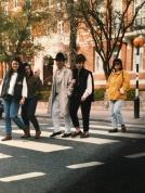 Massimo Donà, con alcune allieve dell'Istituto Alberghiero CORNARO di Jesolo, sulle famose strisce pedonali già attraversate dai Beatles secondo quanto risulta dalla copertina di Ab