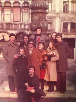 Massimo Donà con alcuni compagni di classe del liceo in Piazza San Marco a Venezia, durante una mattinatache li avrebbe dovuti vedere in classe a seguire le lezioni (credo fosse il 1974