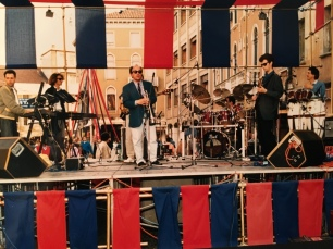 Massimo Donà con il suo settetto in piazza ferretto a Mestre (verso la metà degli anni 80 - con Matteo Lucchesi e D. Cimitan alle tastiere, D. Ragazzoni alla batteria, Eddy De Fanti al