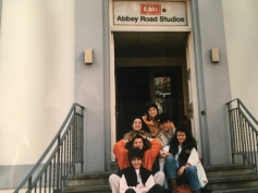 Massimo Donà con sue allieve dell'Istituto alberghiero Cornaro di Jesolo, credo nella prima metà degli anni 80, davanti agli studi di ABBEY ROAD