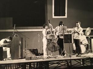 Massimo Donà in concerto con i Jazz Forms, verso la fine degli anni 70 (o inizio anni 80) - con lui suonano Maurizio Caldura al sax, Bruno Cesselli al piano, Marc Abrams al basso e Davi