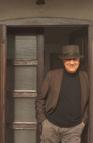 Massimo Donà nel giorno del suo sessantesimo compleanno (2017), davanti alla porta della casa di Flaminio e Lia (il clan Verdurin)
