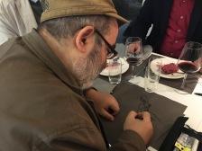 Giuseppe Palumbo mentre disegna al festival della politica di Mestre nel 2017
