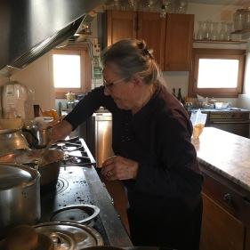 Lia De Martin impegnata in cucina nella sua casa di San Pietro di Feletto