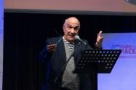 Massimo Donà a Bergamo durante una conferenza-concerto