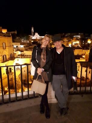 Massimo Donà con GIUSEPPINA RUSSO, presidente dell'associazione FESTIVAL della FILOSOFIA in MAGNA GRECIA (con, alle spalle, i sassi di Matera) - ottobre 2017 del