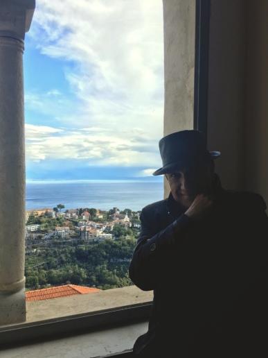 Massimo Donà con vista su Ravello (da una finestra a SCALA).