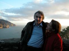 Siamo nel 2001-2002 circa, a Monterosso - lo scatto immortala Giulio Giorello e Cristina Poma