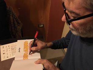 SILVER mentre autografa un volume di LUPO ALBERTO