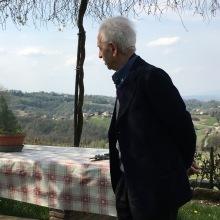 TONI TONIATO, assorto... nel giardino della casa di LIA e FLAMINIO DE MARTIN
